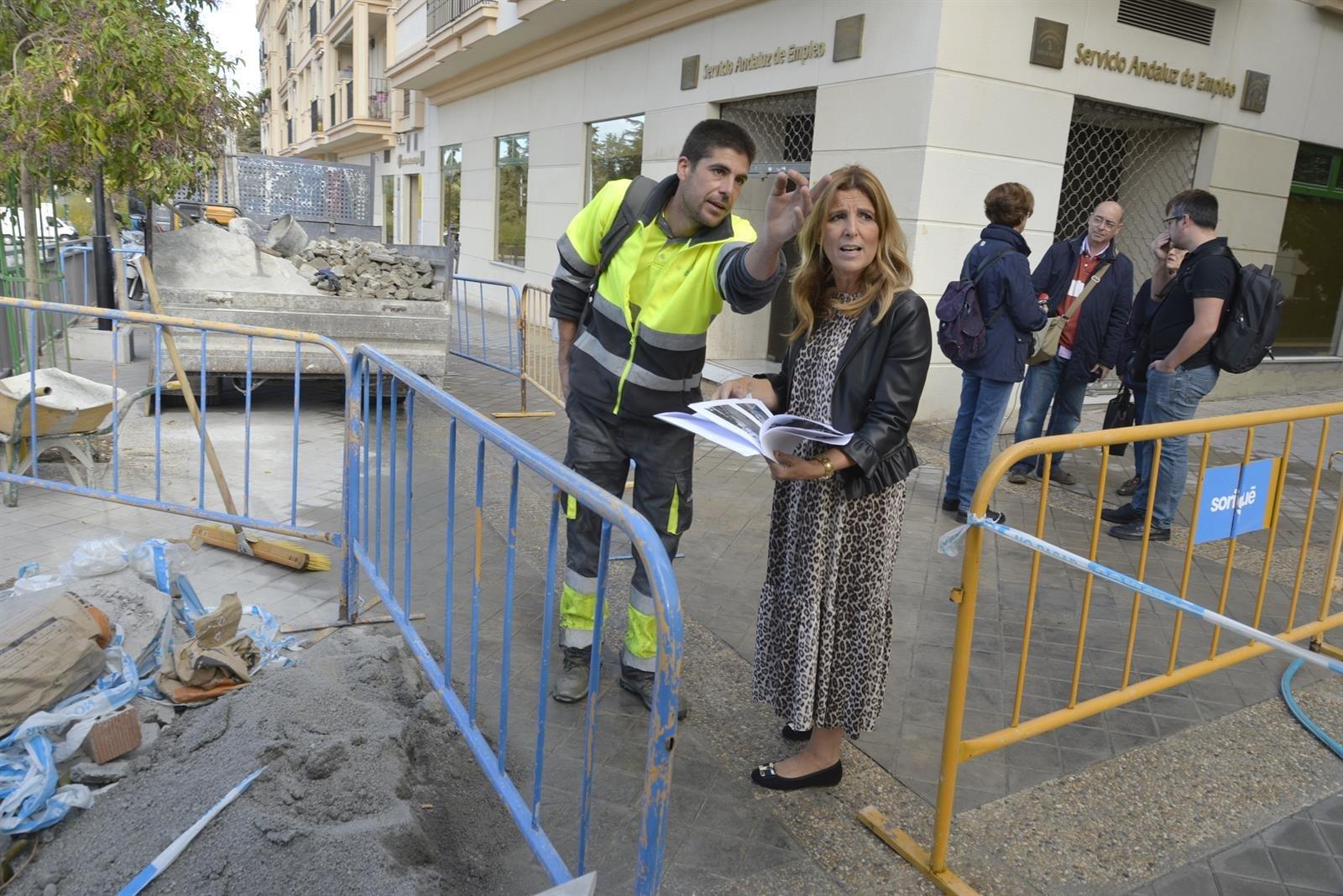 Renuevan la solería y el muro de hormigón de la calle Sor Cristina de Arteaga
