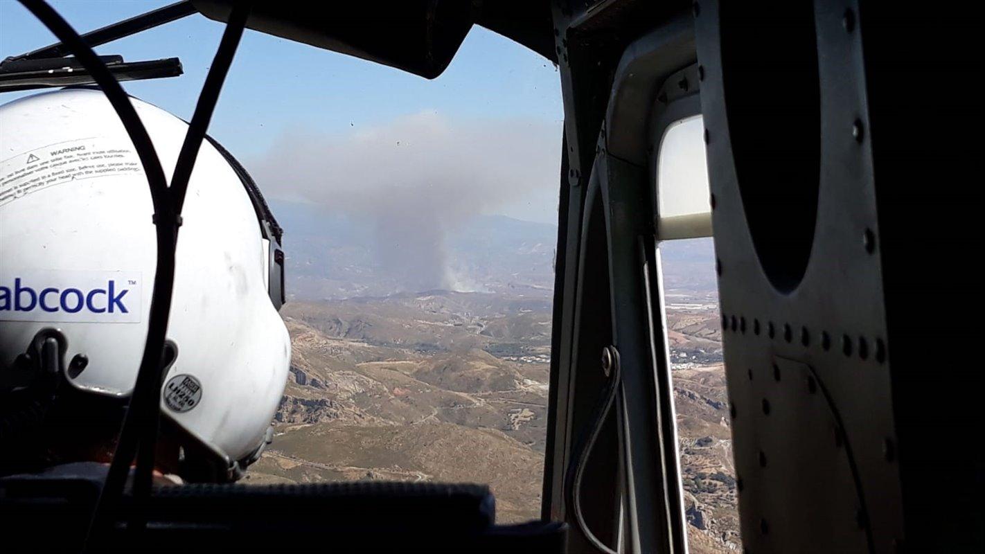 El Infoca trabaja en la extinción por tierra y aire de un incendio forestal en Válor