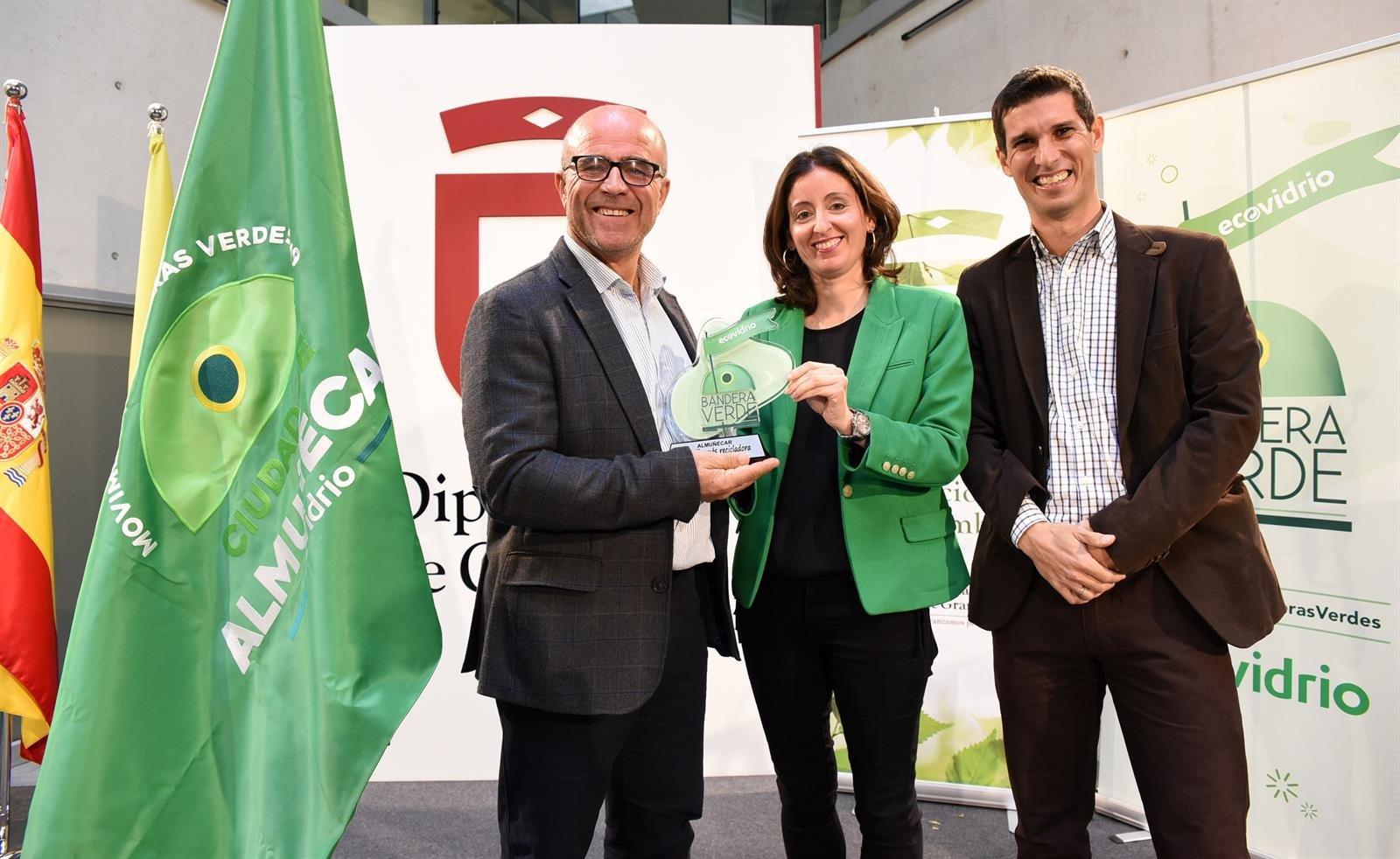 Premian a Almuñécar como la segunda ciudad española que más vidrio ha reciclado en verano