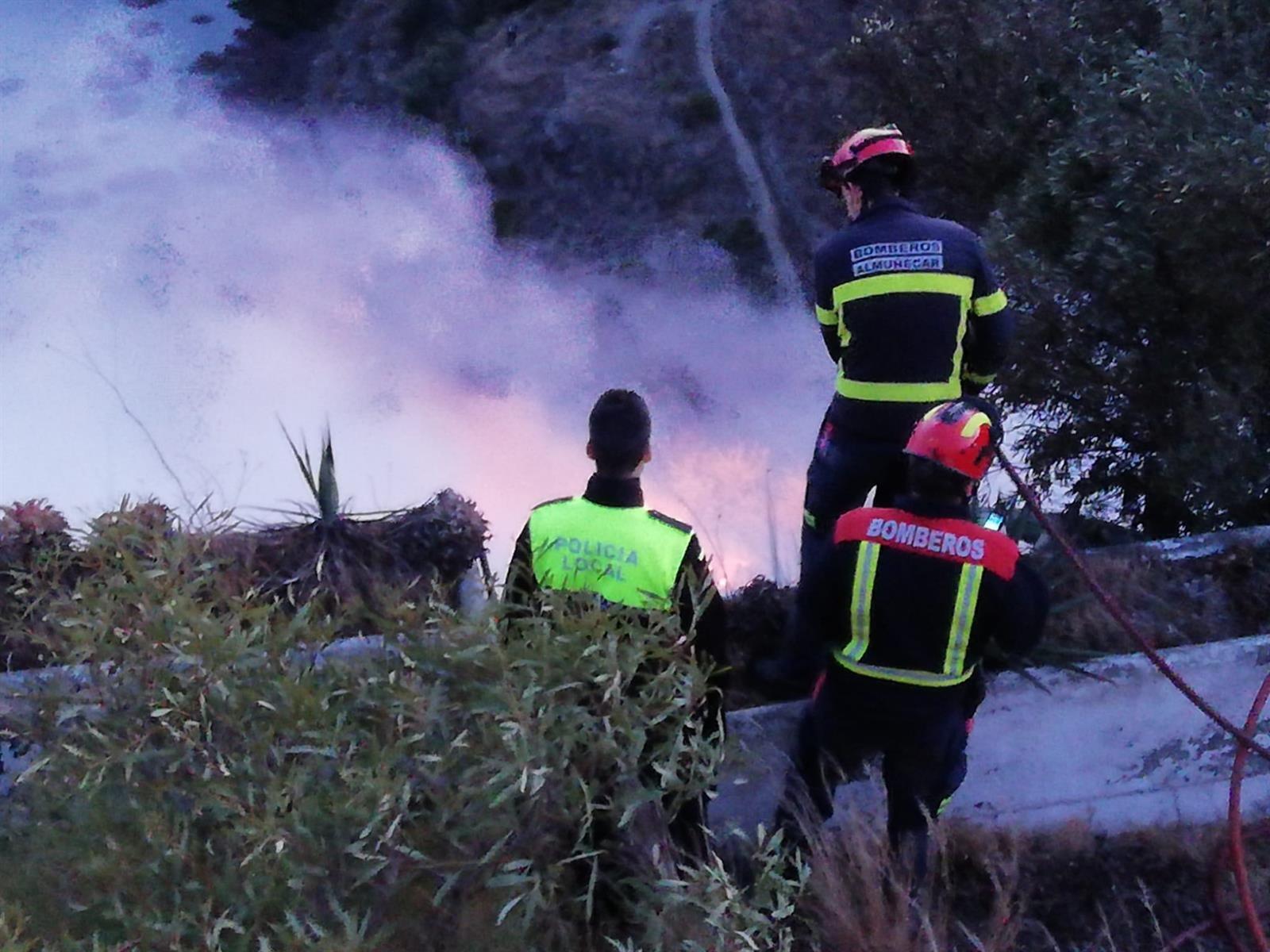 Un incendio de matorrales afecta al entorno de la playa de El Muerto de Almuñecar