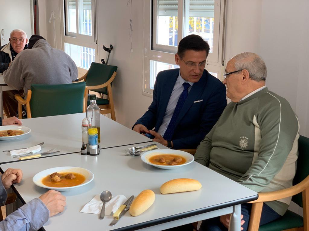 El comedor social de mayores de la Chana recibe la visita del alcalde