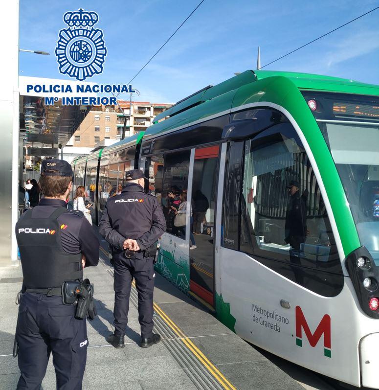 Un equipo de la Policía Nacional vigila continuamente los transportes públicos