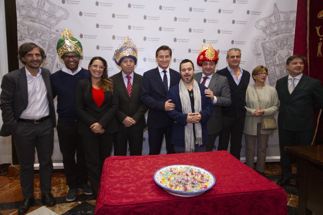 Los Reyes Magos reparten este domingo 15.000 kilos de caramelos en Granada