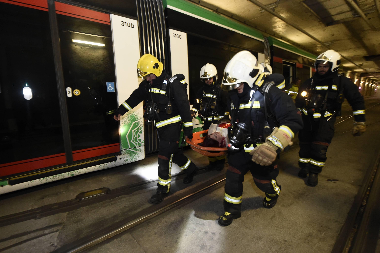 El Metro realiza un simulacro de incendio en el interior de un tren