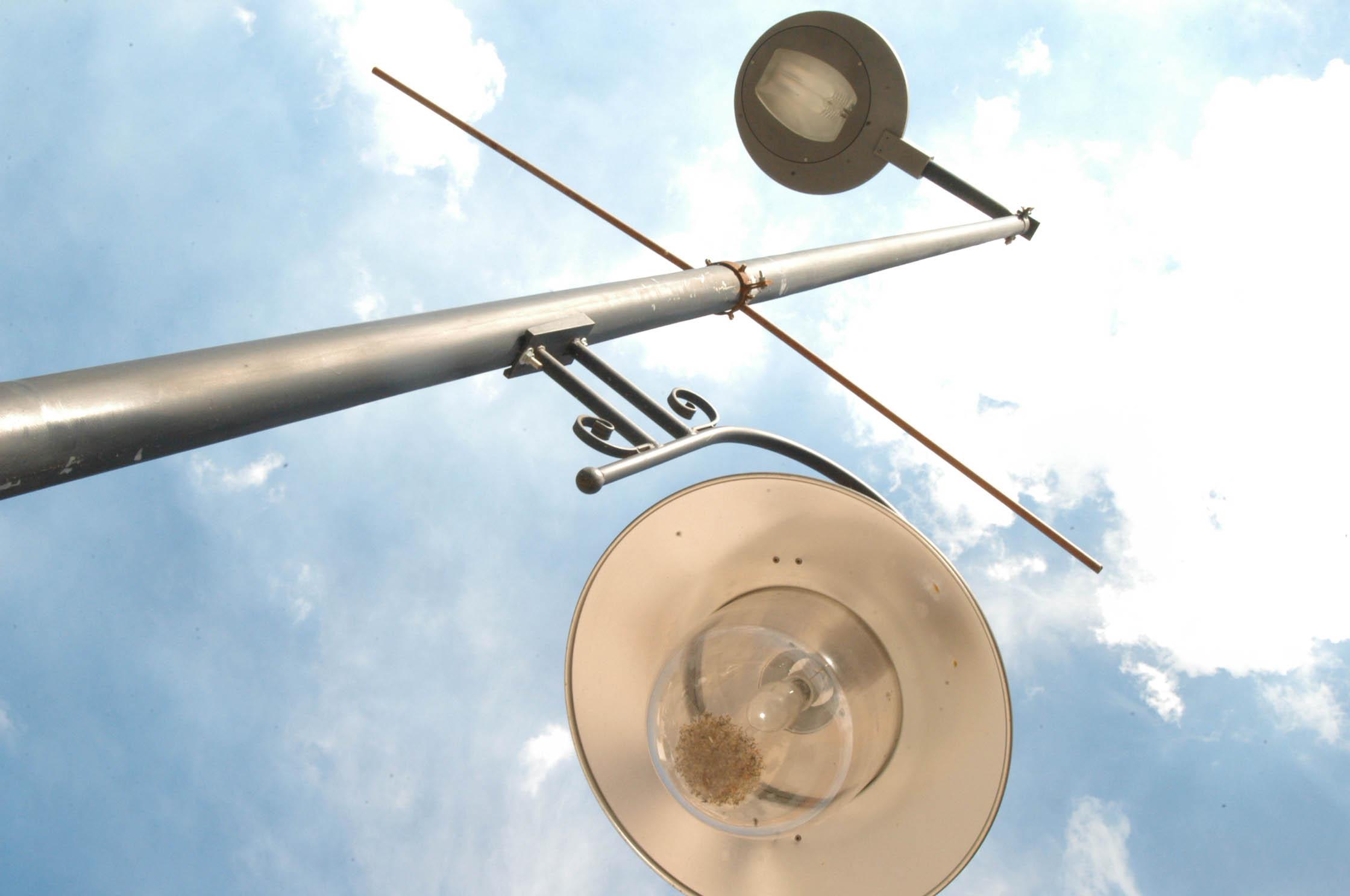 Cájar sustituye las luminarias de las farolas por lámparas led para hacerlas más eficientes