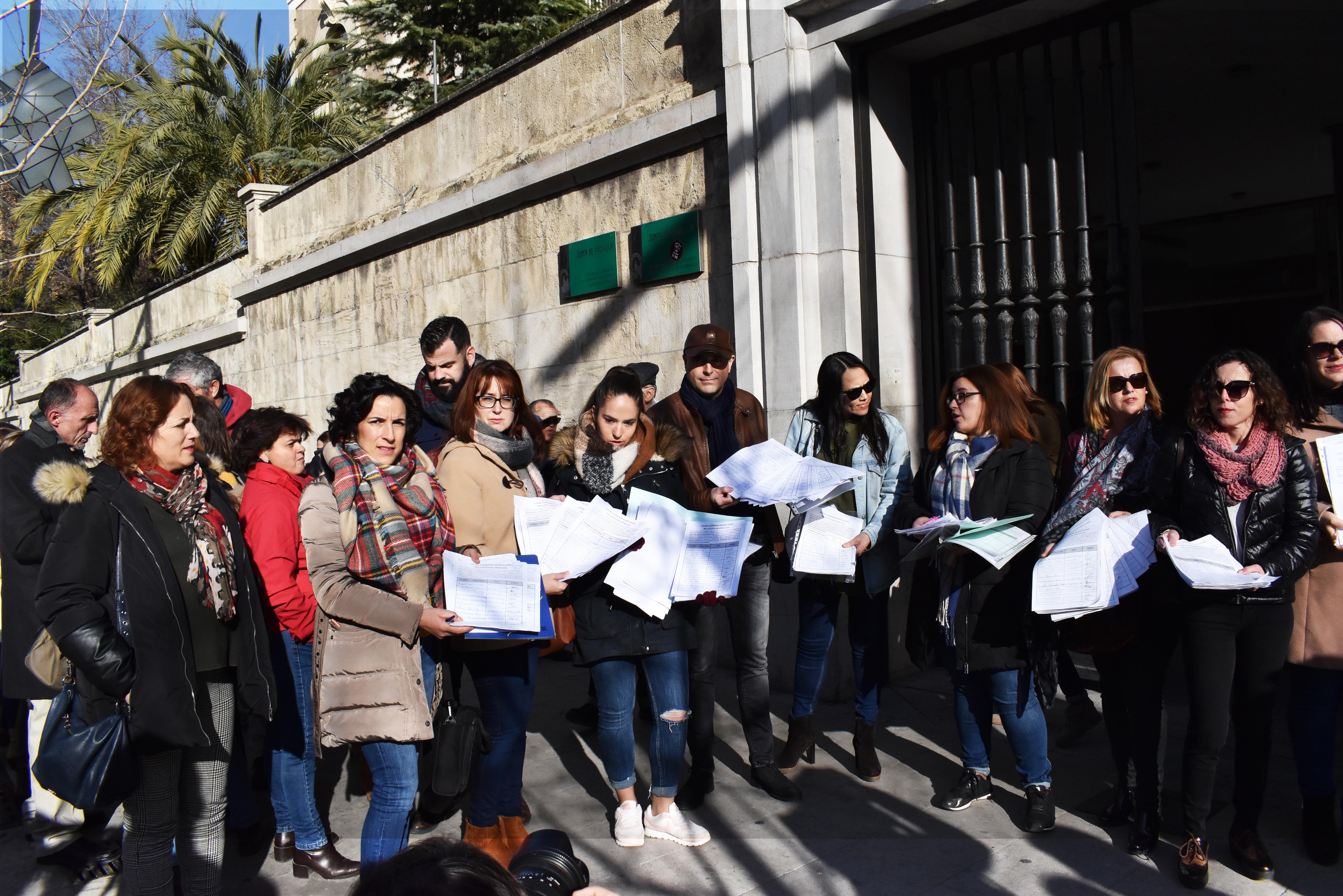 IU considera ridículo que el presidente de Andalucía pida ayuda para mantener los colegios