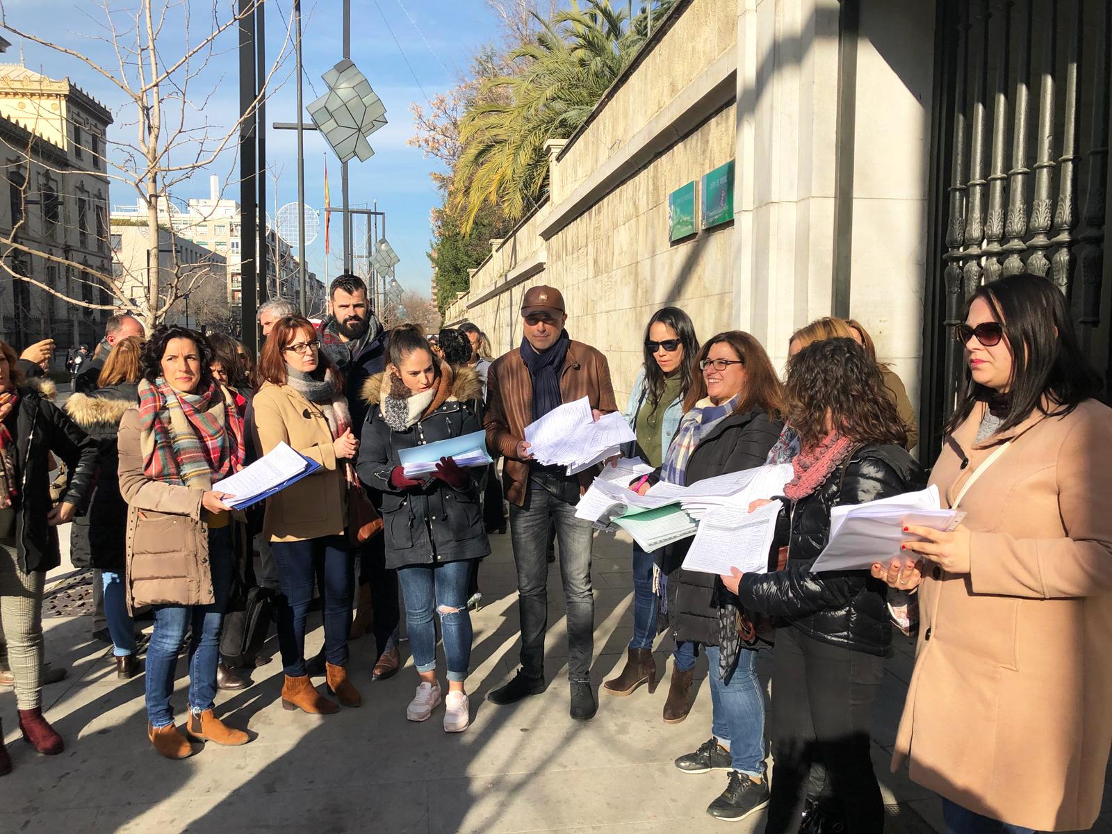 Las Ampas de los colegios rurales entregan 4000 firmas contra el cierre de unidades decretado por Educación
