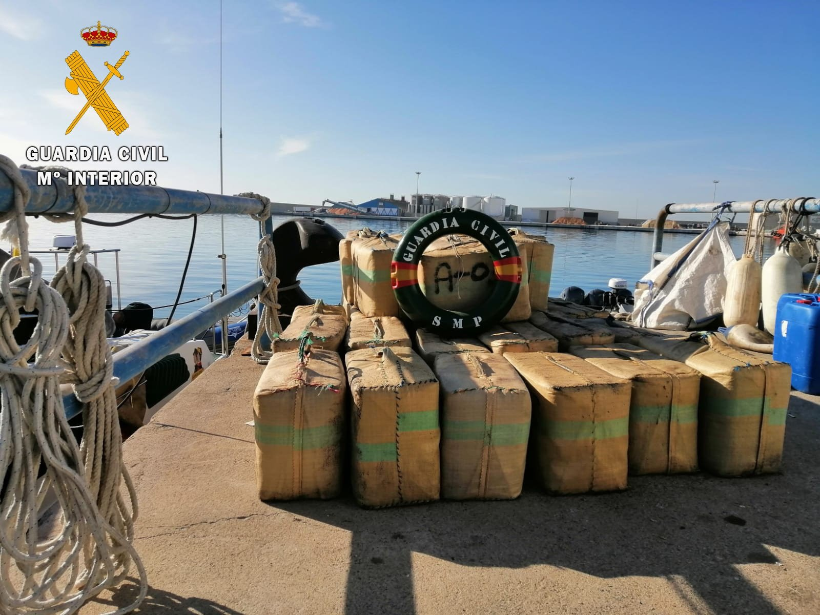 Incautados 1.200 kilos de hachís en la playa de Melicena