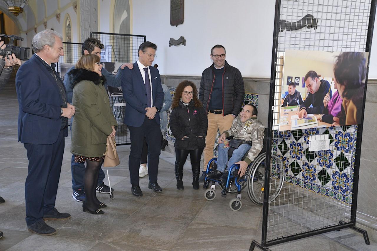 El alcalde inaugura una exposición de Fegradi y expresa su apoyoal trabajo que realizan