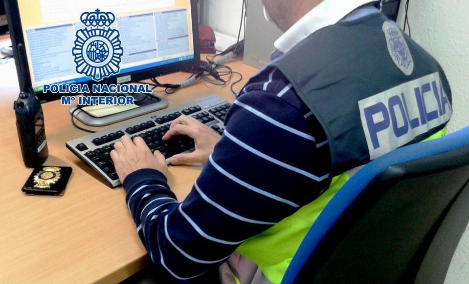 Detenido por utilizar varias tarjetas bancarias que fueron conseguidas tras el robo de un bolso