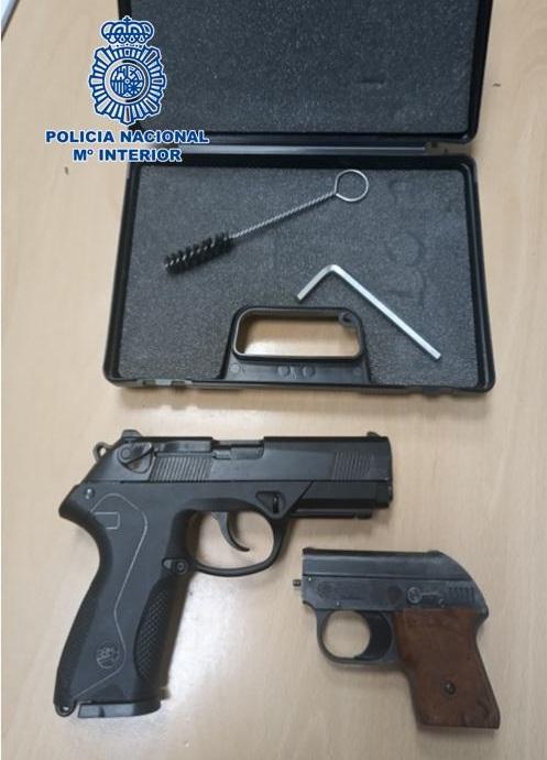 Amenaza a su vecino con un arma simulada y acaba detenido