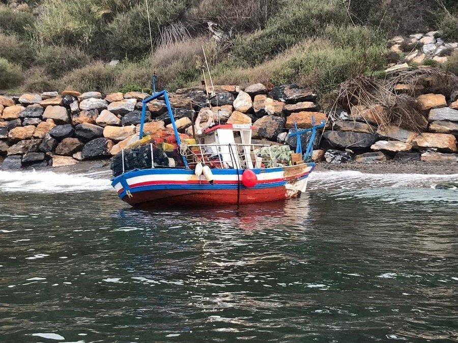 Rescatados tres tripulantes de un pesquero tras embarrancar en La Rábita