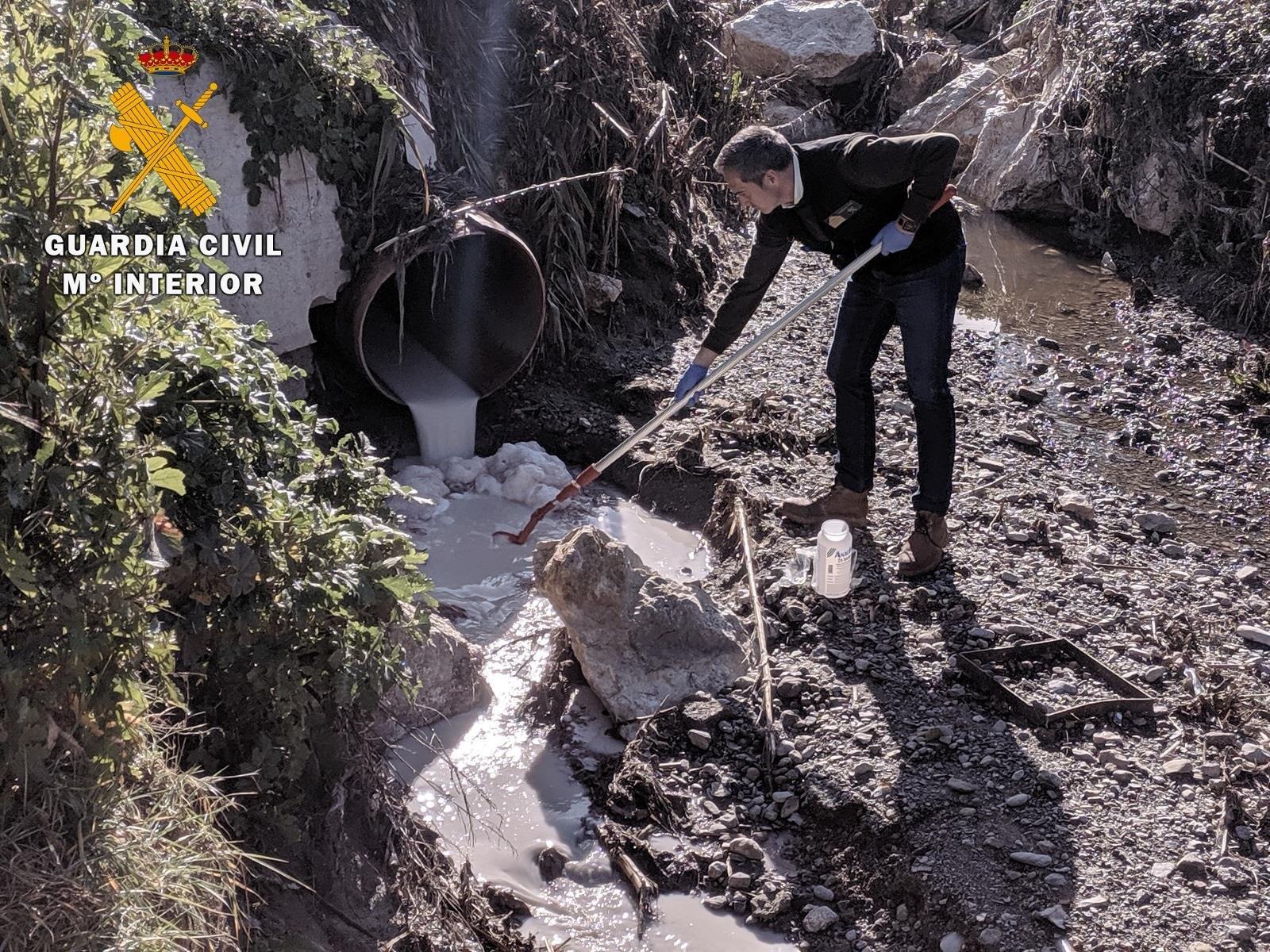 Descubierto el origen de un vertido al arroyo de Las Andas de Alhendín
