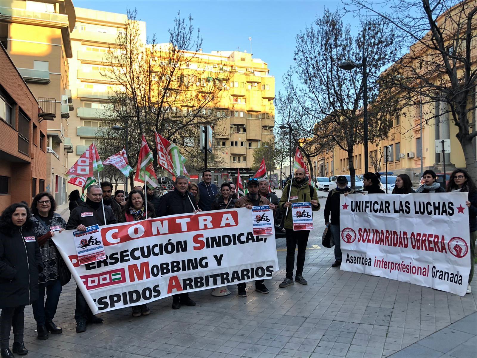 CCOO se concentra contra el despido de una delegada sindical de una cadena de comida rápida