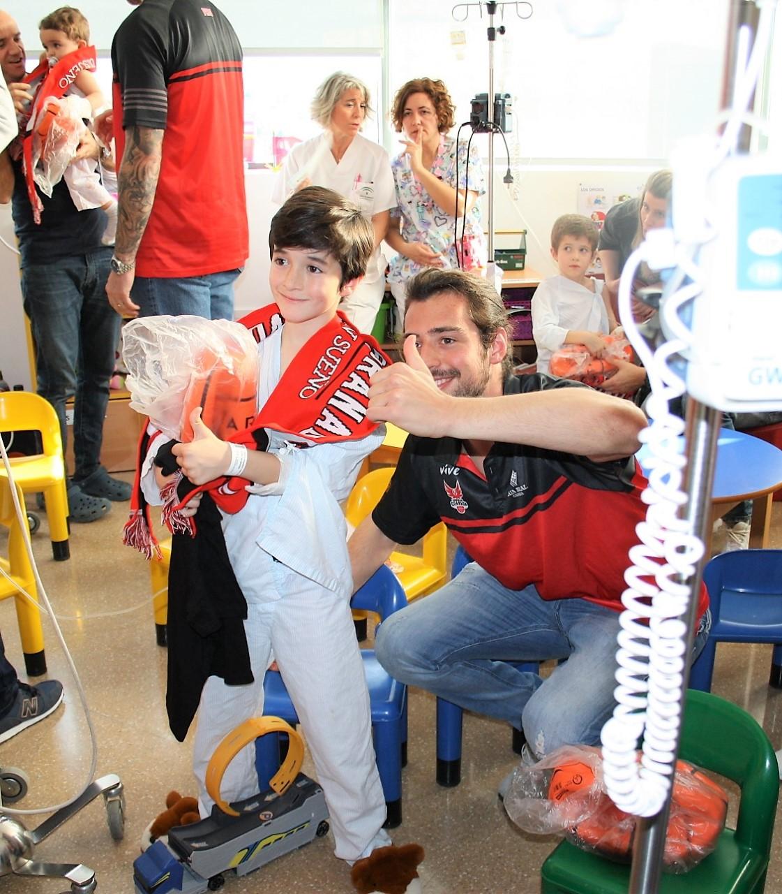 Visita de los jugadores de Club Baloncesto Granada al área pediátrica del hospital del PTS