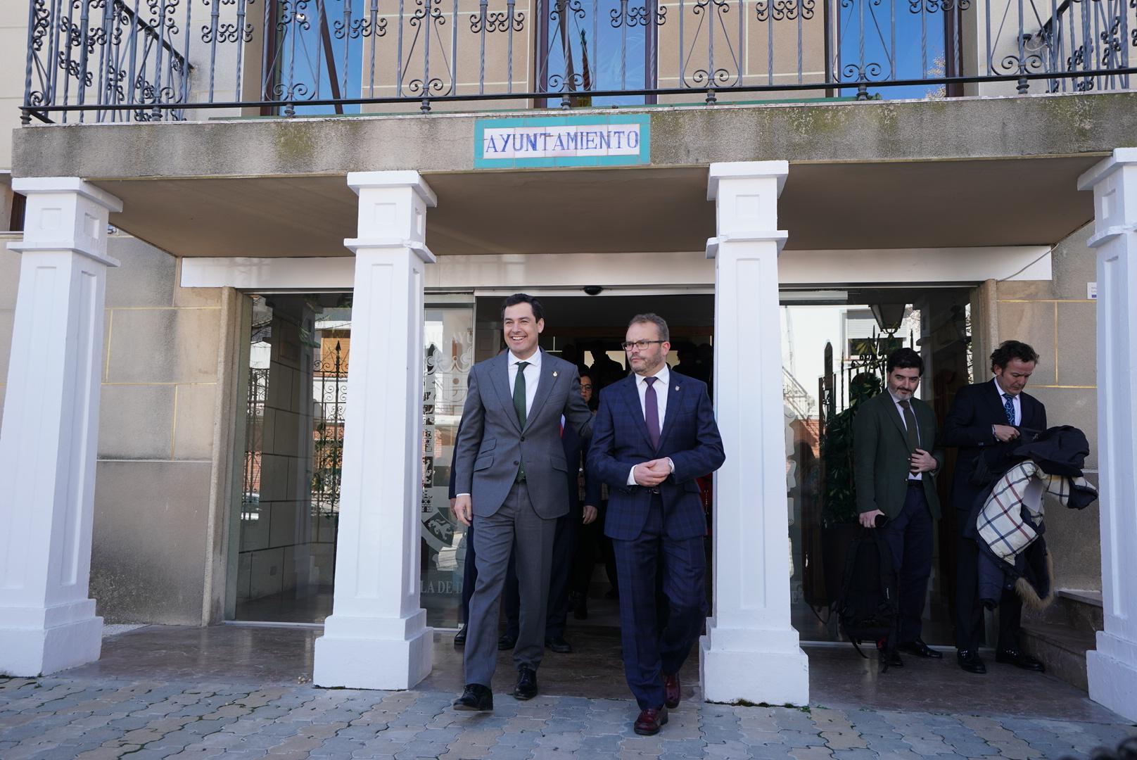 Juanma Moreno incide en su compromiso con la Andalucía en su visita a La Puebla de Don Fadrique