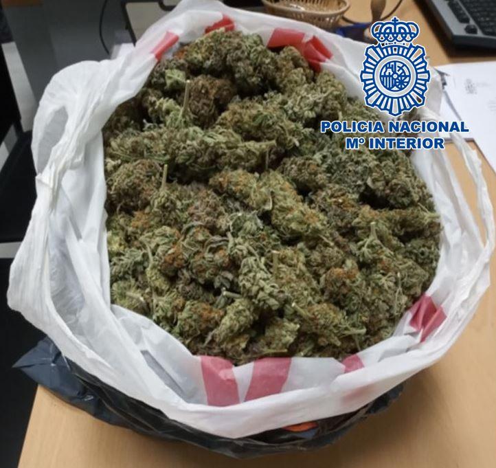 La Policía Nacional detiene a dos varones que transportaban más de 1.300 gramos de marihuana