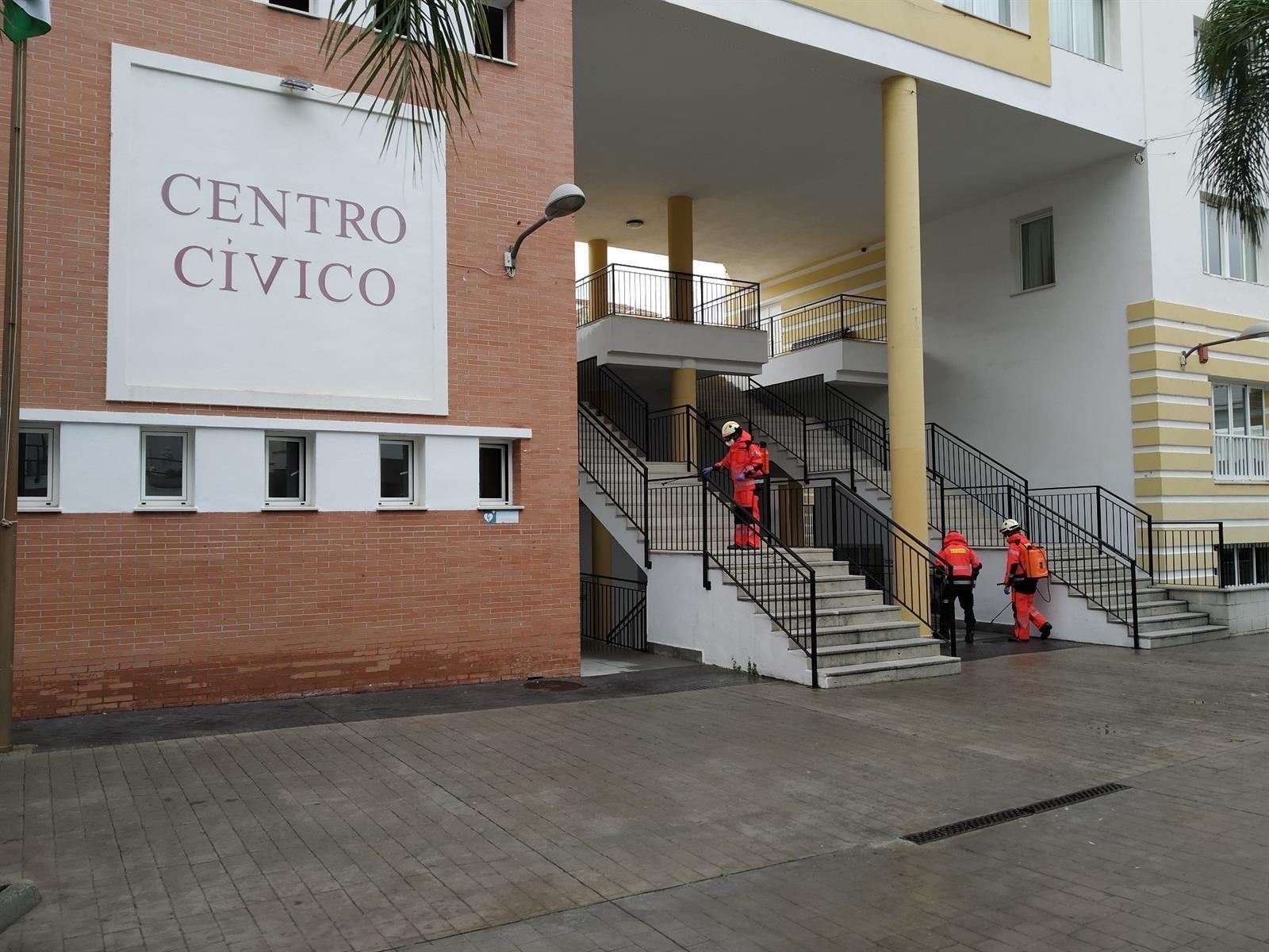 Los Bomberos de Almuñécar desinfectan los edificios oficiales de La Herradura