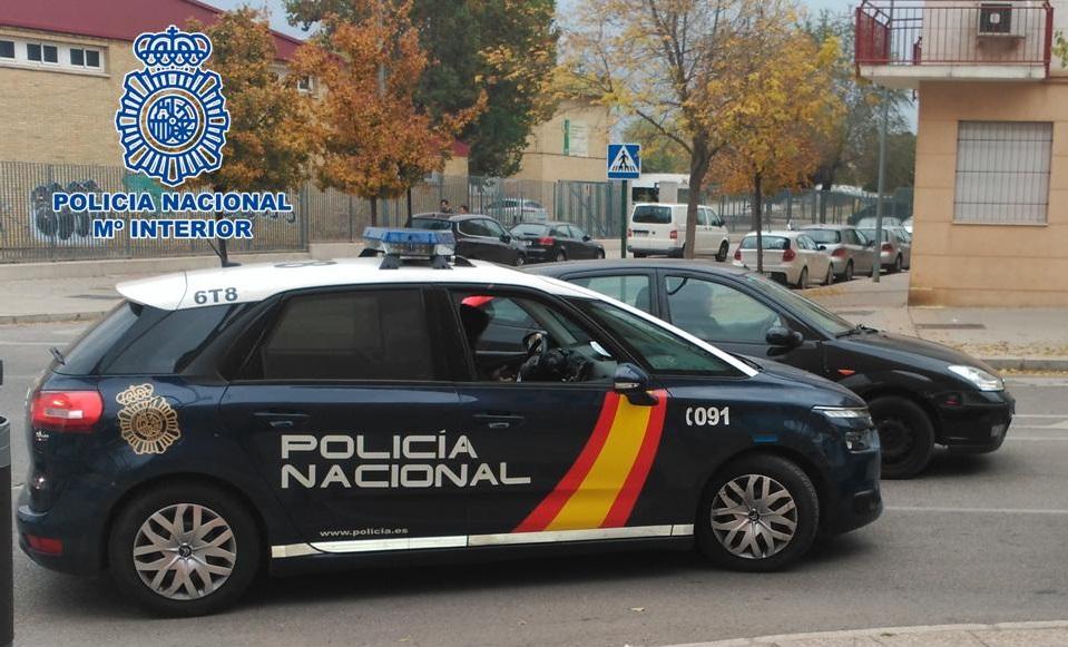 La Policía Nacional evita que una anciana se precipitase desde un muro de 8 metros