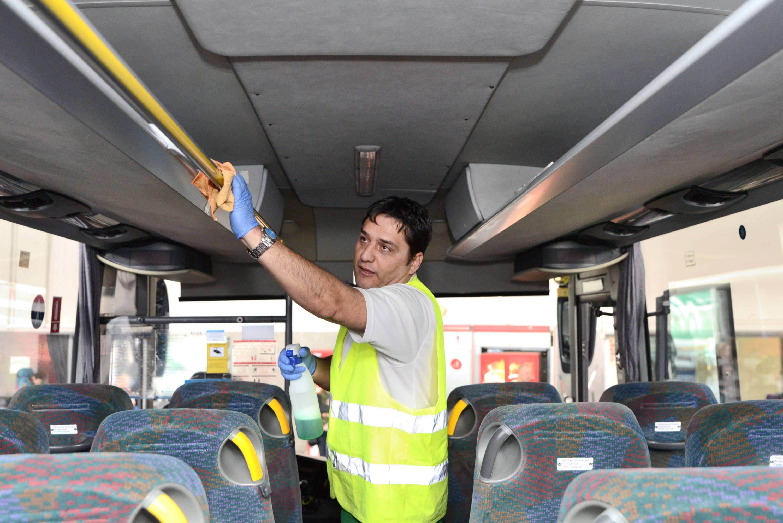 Se refuerza las labores de limpieza y desinfección de los autobuses metropolitanos