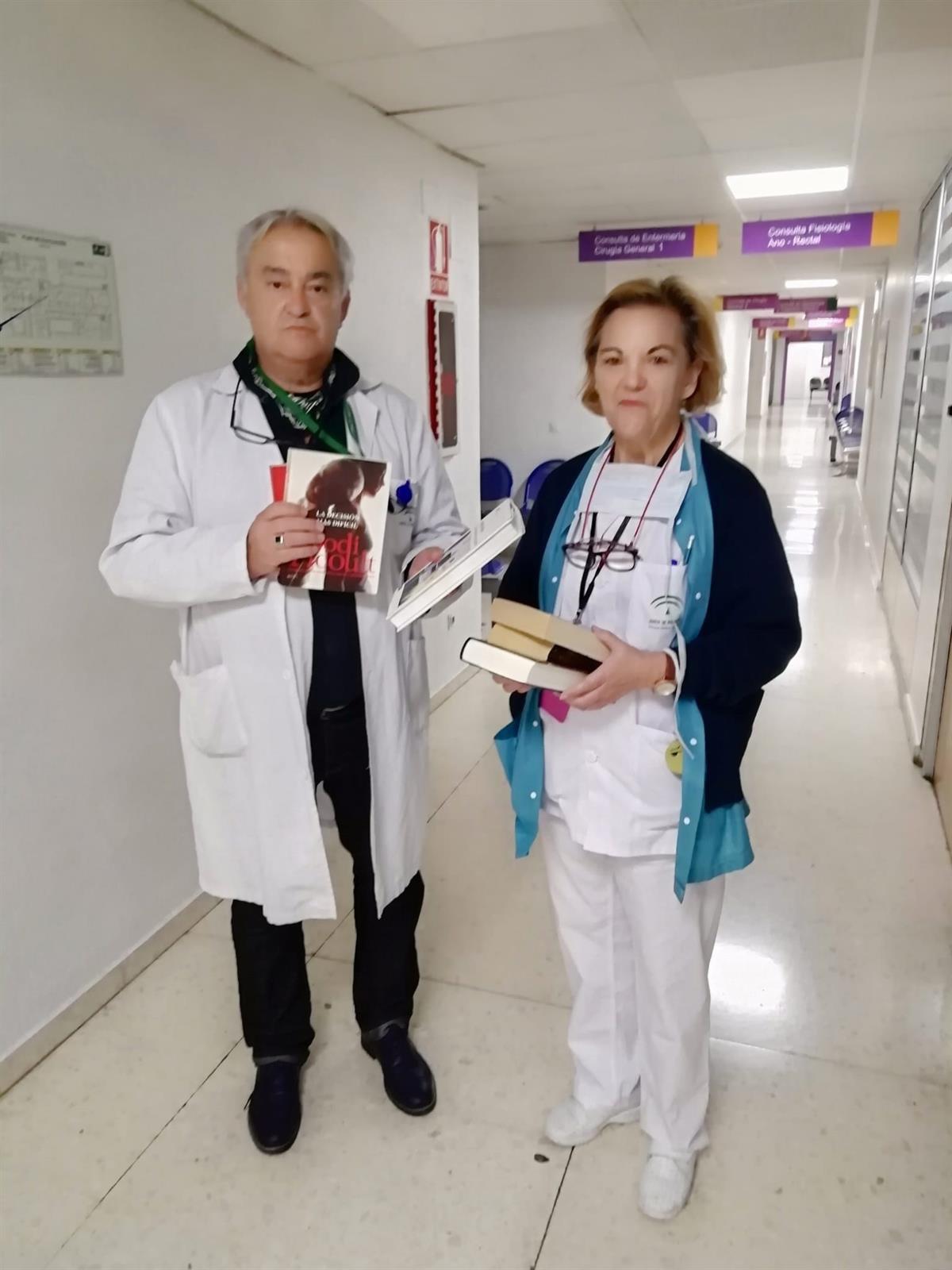 Regalan libros a hospitalizados para que su estancia sea más llevadera tras la restricción de visitas