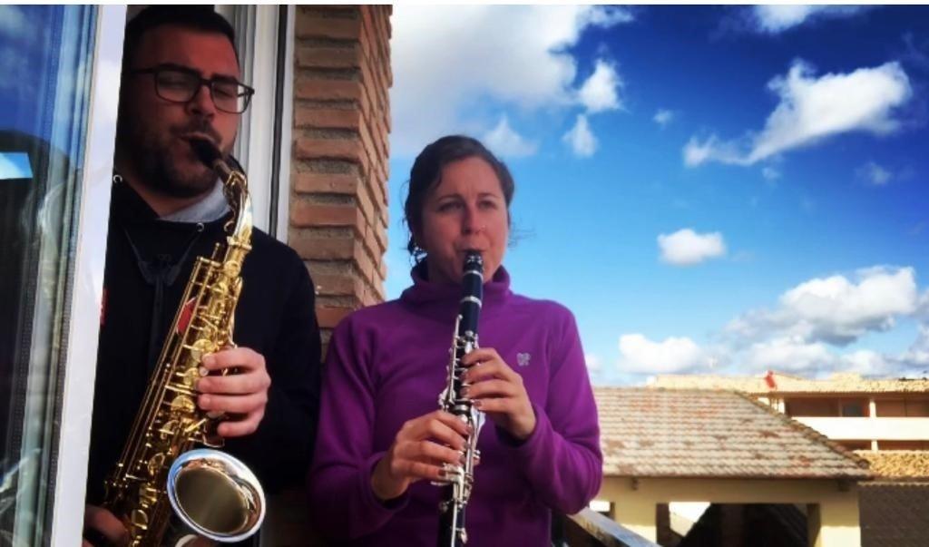 Músicos de Cúllar Vega animan a los vecinos desde los balcones con pequeños conciertos
