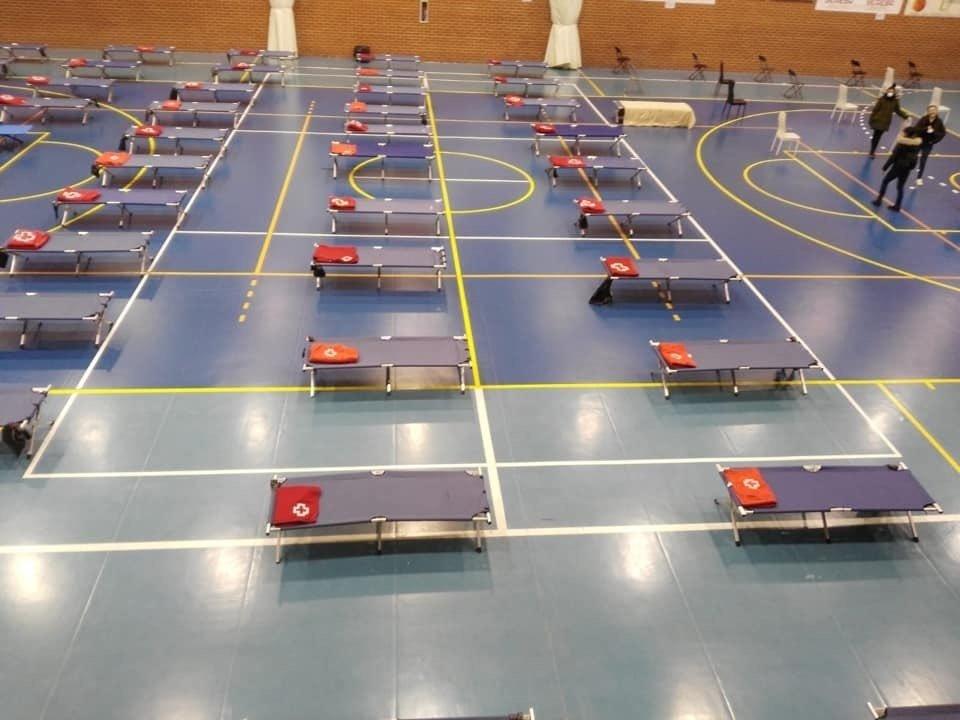 Los 'sin techo' alojados en pabellón deportivo se trasladan este viernes al Palacio de Deportes