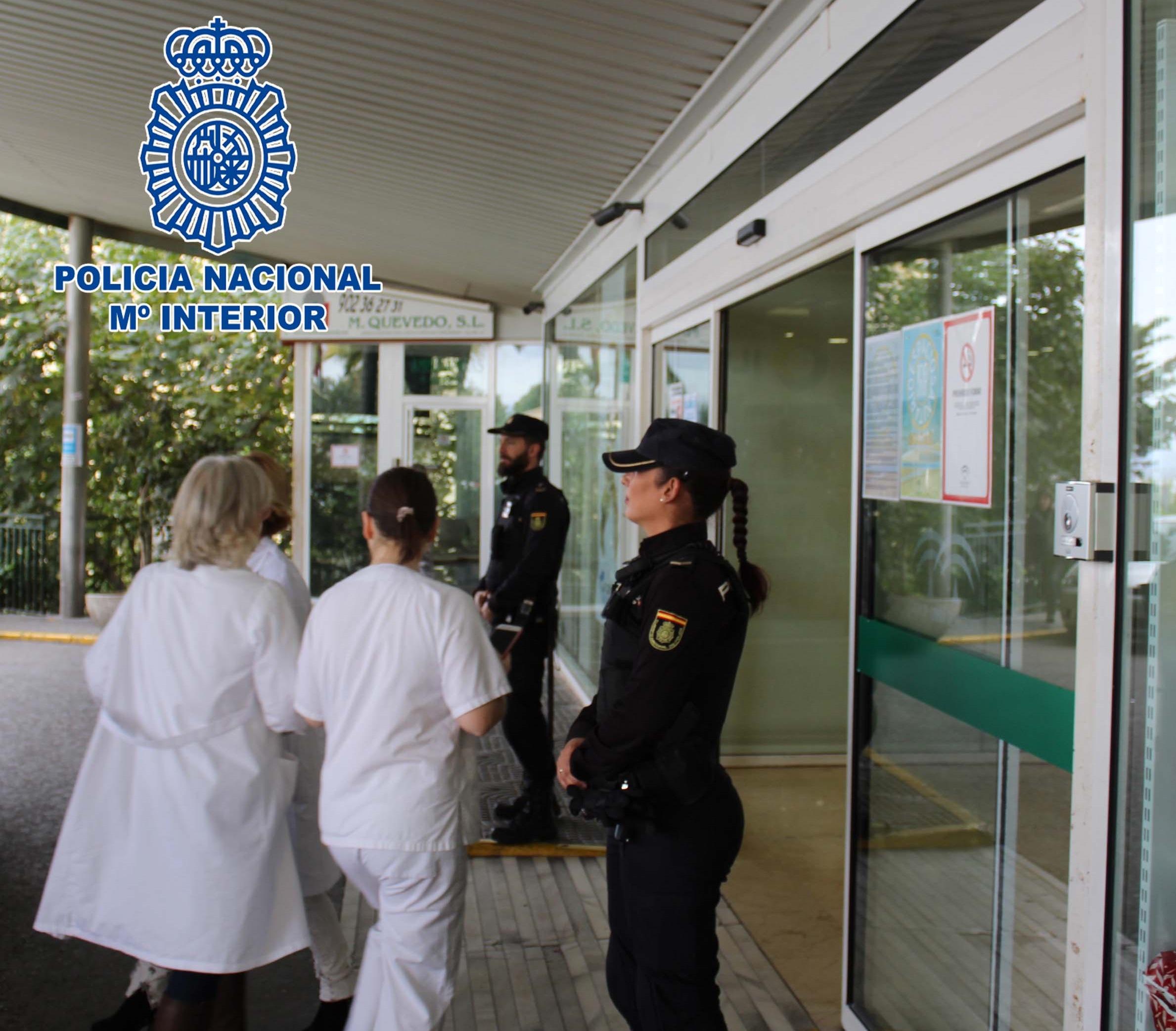 La policía entrega en el PTS máscaras protectoras elaboradas por voluntarios