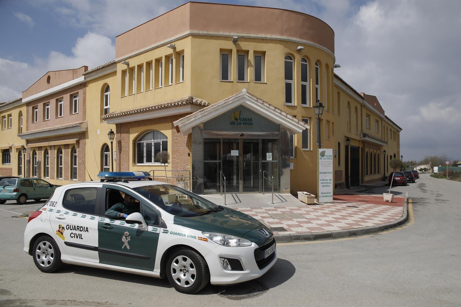 La UME desinfecta la residencia de ancianos de Cájar afectada por el brote de coronavirus