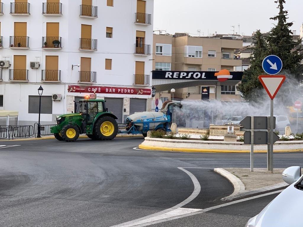 Equipos de agricultores ponen su «arsenal» a disposición de las autoridades para desinfectar las calles de Granada