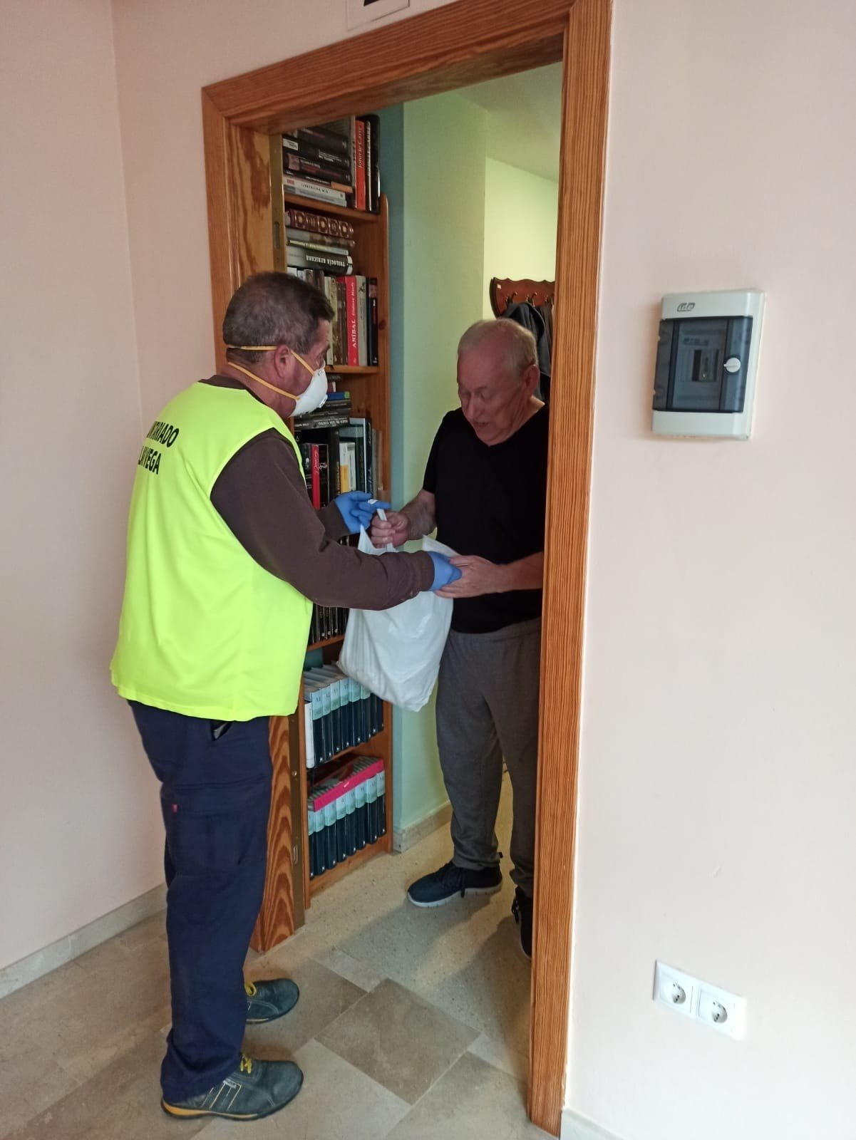 Funcionarios de Cúllar Vega realizan la compra a domicilio de las personas mayores