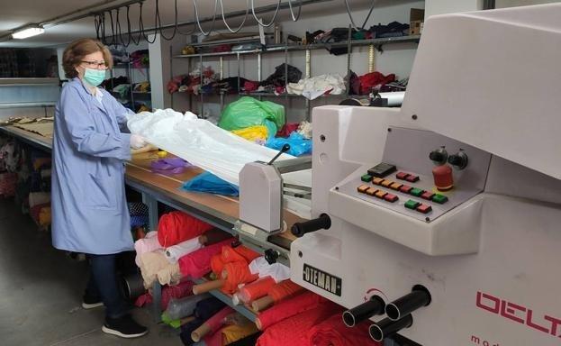 Costureras de Alhama se alían para confeccionar trajes de protección