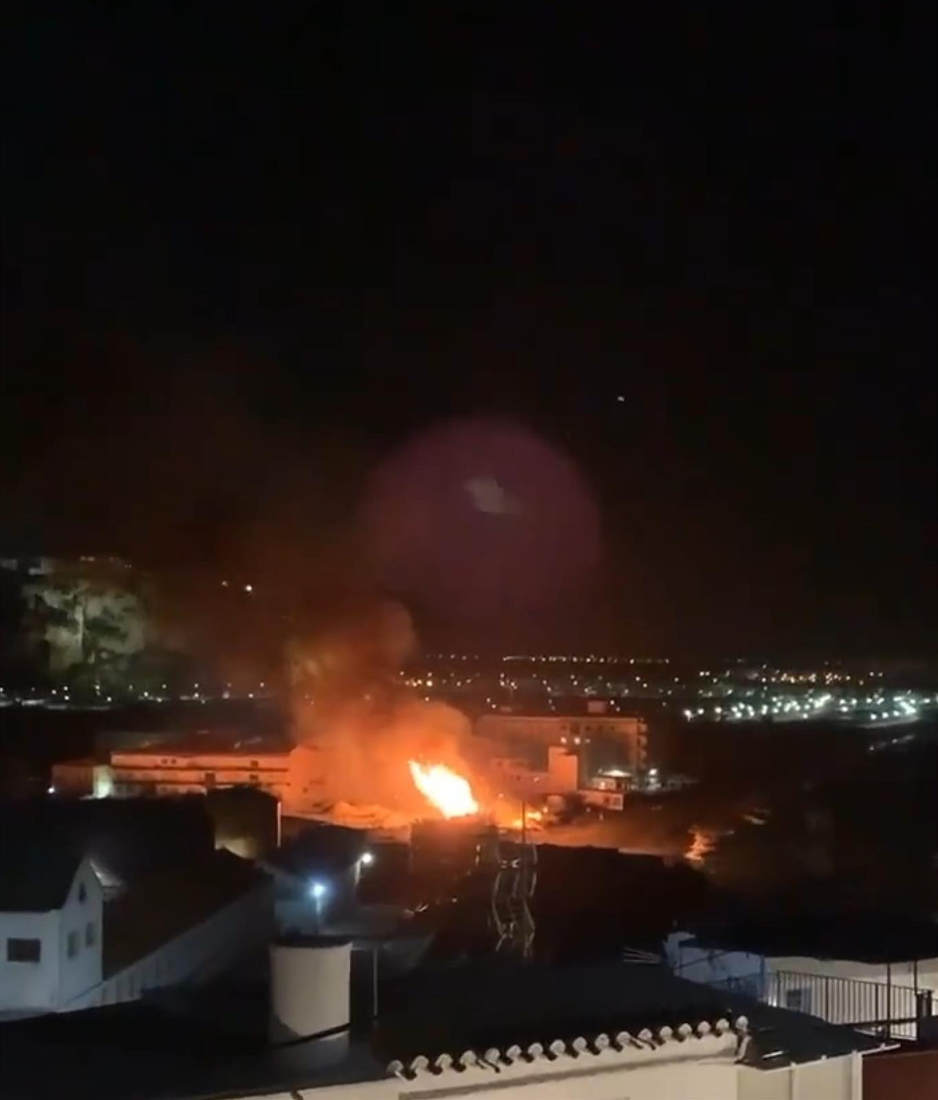 Un incendio en Salobreña calcina 700 metros cuadrados de cañaveral en la playa de La Guardia