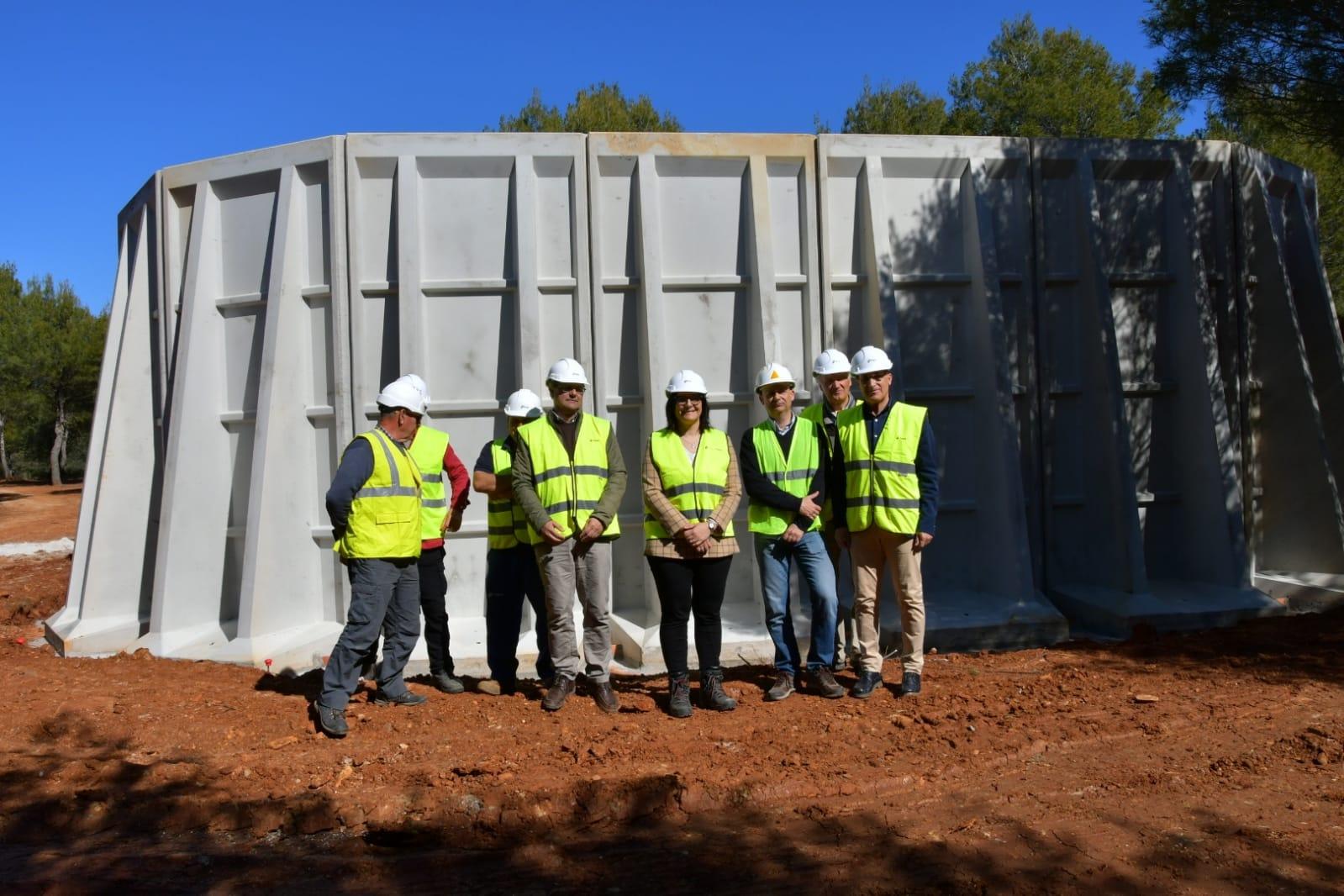 Continúan las obras de construcción del depósito de agua contra incendios en el Llano de la Perdiz