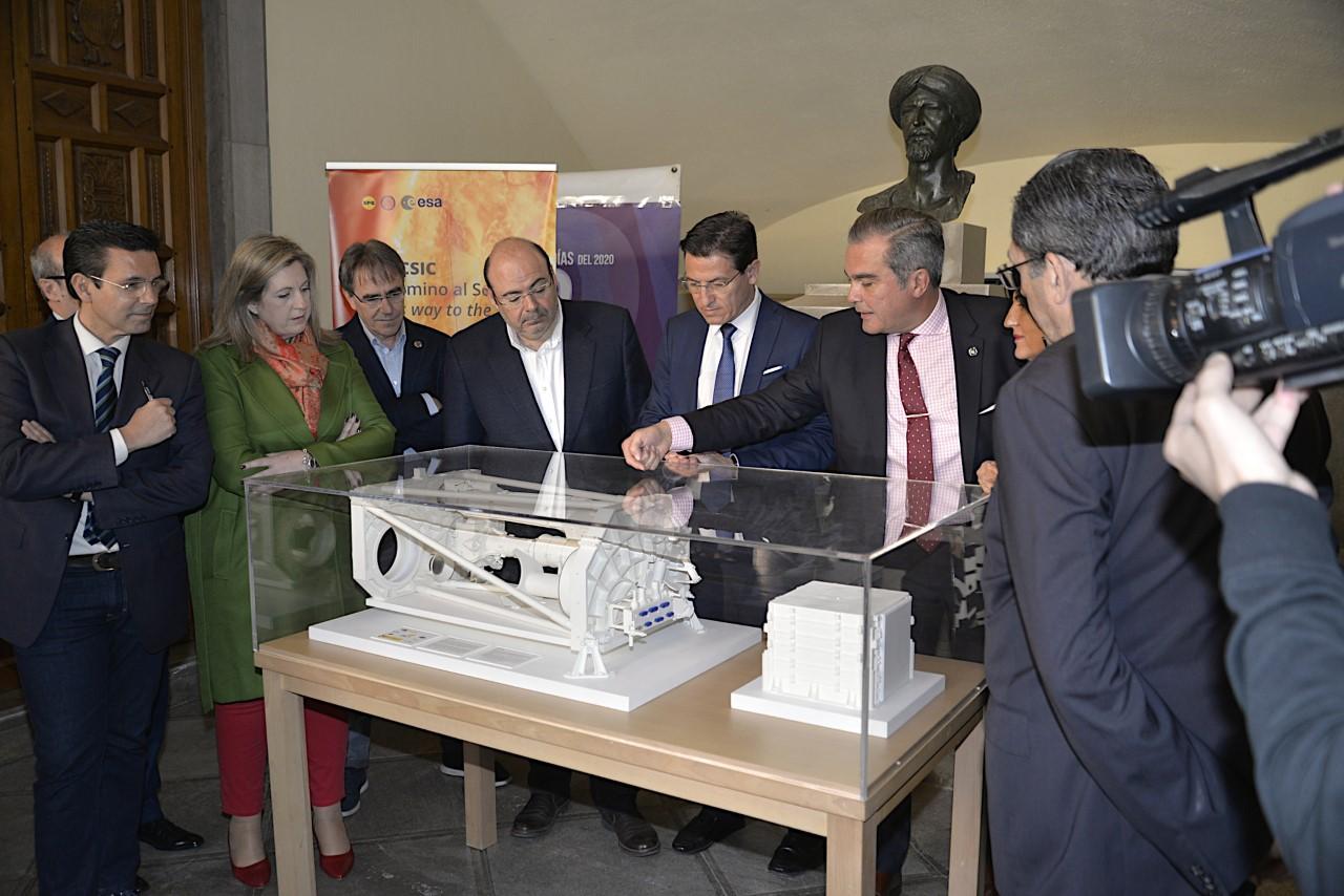 Reconocimiento del alcalde a los investigadores del Instituto de Astrofísica de Andalucía