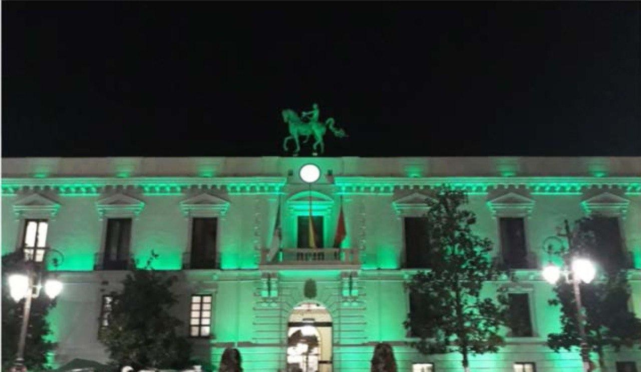 El Ayuntamiento ilumina su fachada de verde en apoyo al sector sanitario