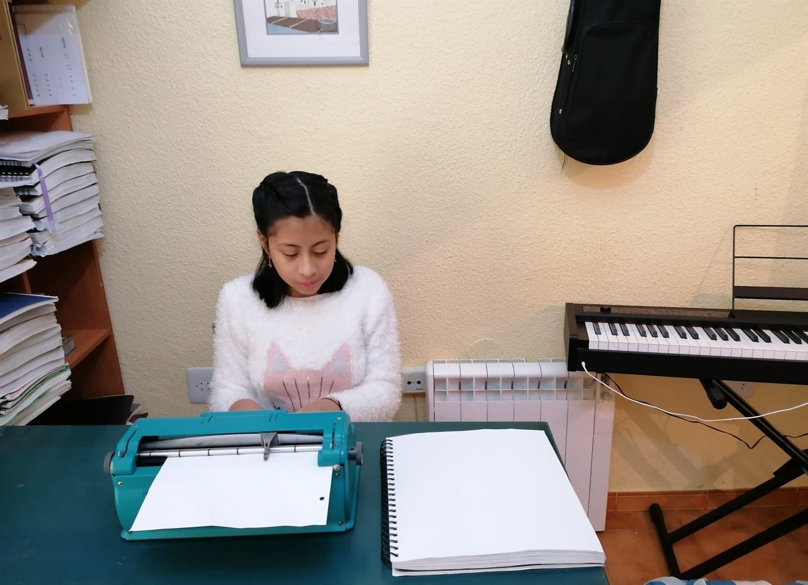 Maestros de la ONCE refuerzan la creatividad de sus alumnos ciegos durante el confinamiento