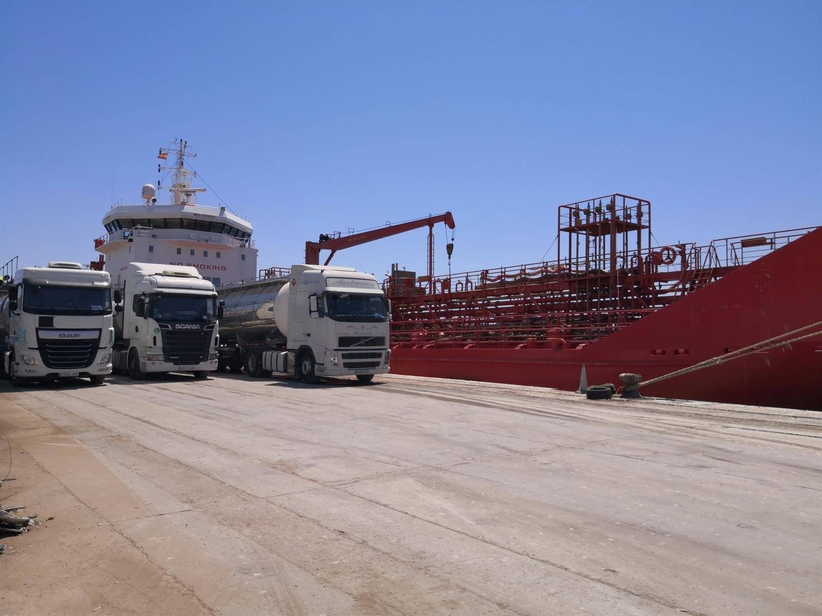 El puerto de Motril mueve esta semana más de 36.000 toneladas de mercancías