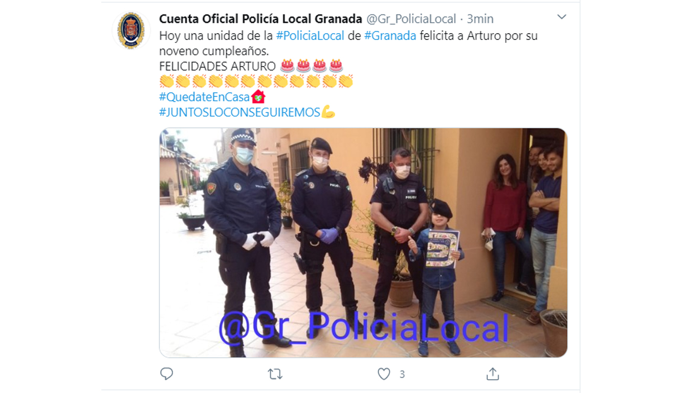 La Policía Local de Granada obvia las recomendaciones de seguridad para felicitar a un niño