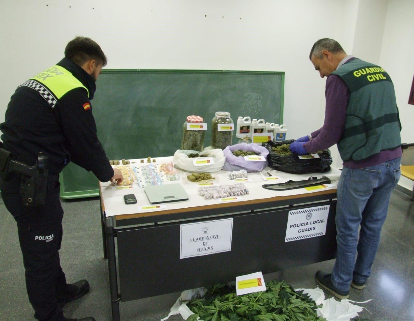 Desmantelado un punto de venta de droga al menudeo en Guadix