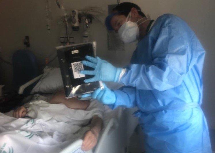 Los pacientes del Virgen de las Nieves se comunican con sus familiares a través de videollamadas