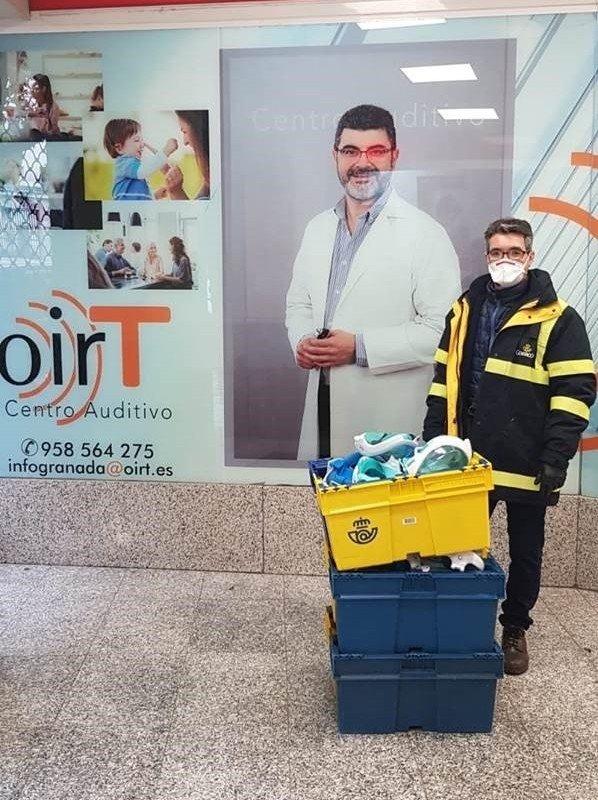 Voluntarios de Correos recogen máscaras de buceo para su adaptación al uso sanitario