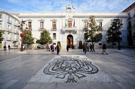 Las banderas de Andalucía ondean a media asta en los edificios municipales por el luto oficial establecido en la comunidad