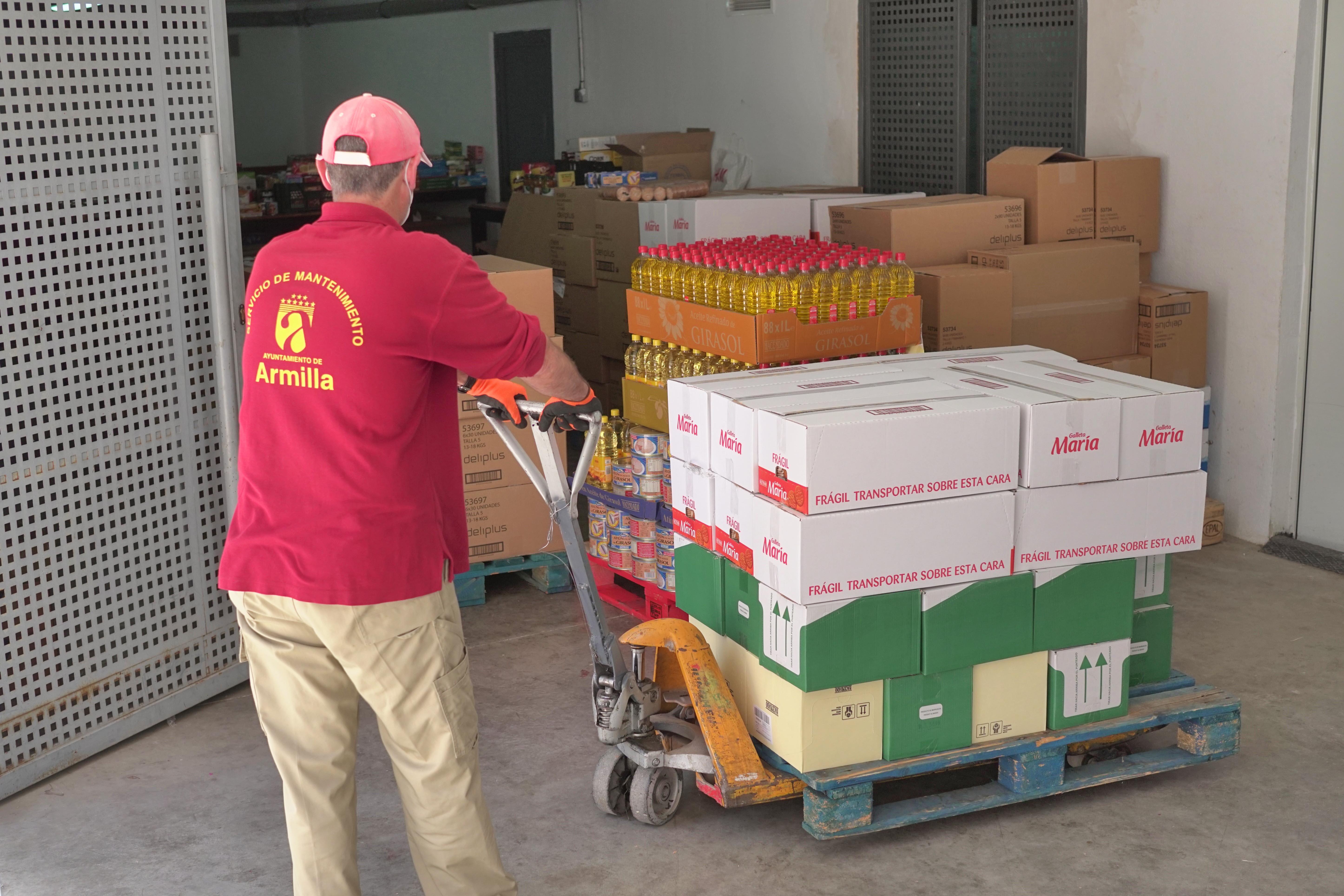 Nevada Shopping  dona al Ayuntamiento de Armilla alimentos de primera necesidad