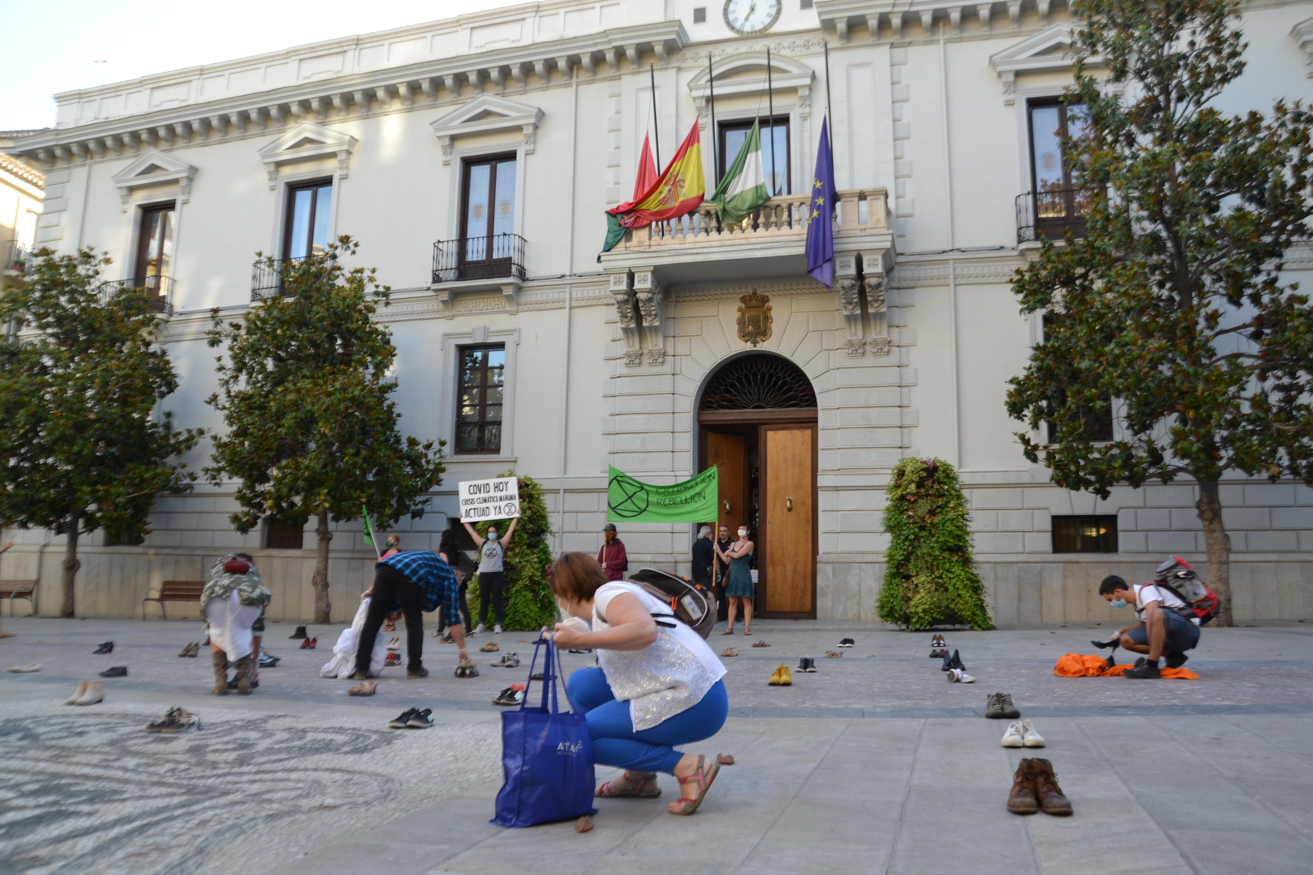 Cientos de zapatos reivindican la participación ciudadana en la recuperación verde tras la COVID-19