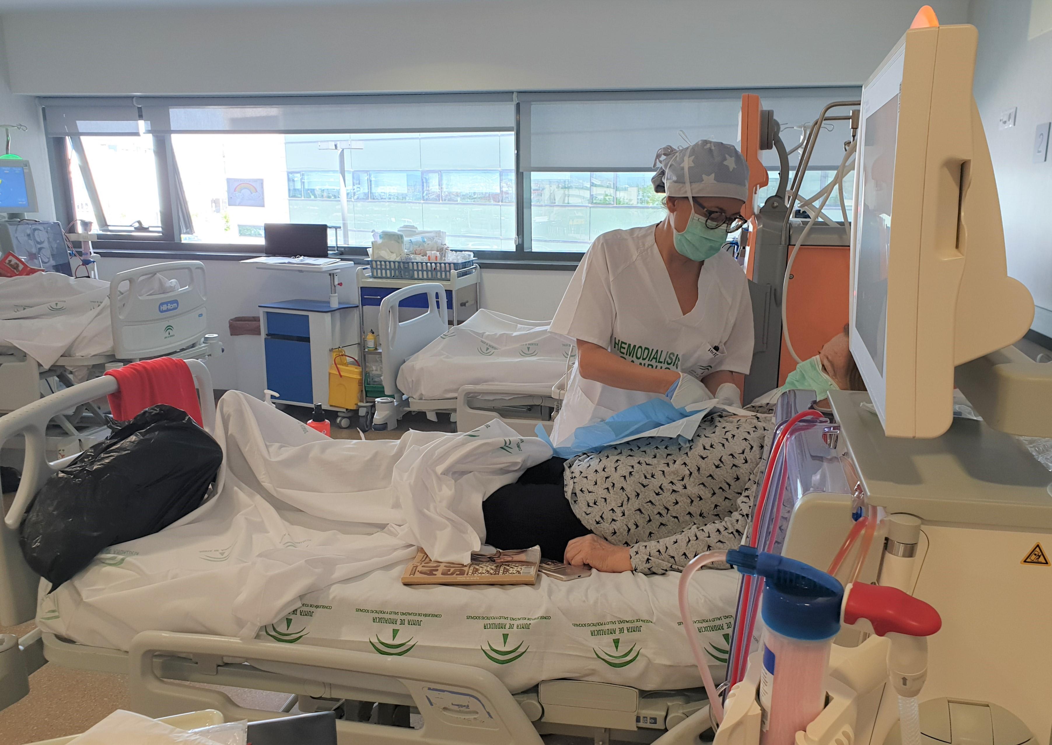 El Hospital San Cecilio refuerza las medidas de prevención para los pacientes que reciben hemodiálisis