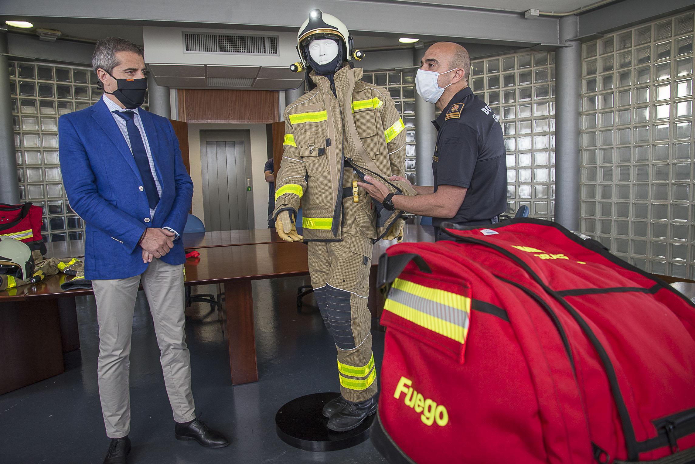 Los bomberos de Granada renuevan sus equipos de protección individual