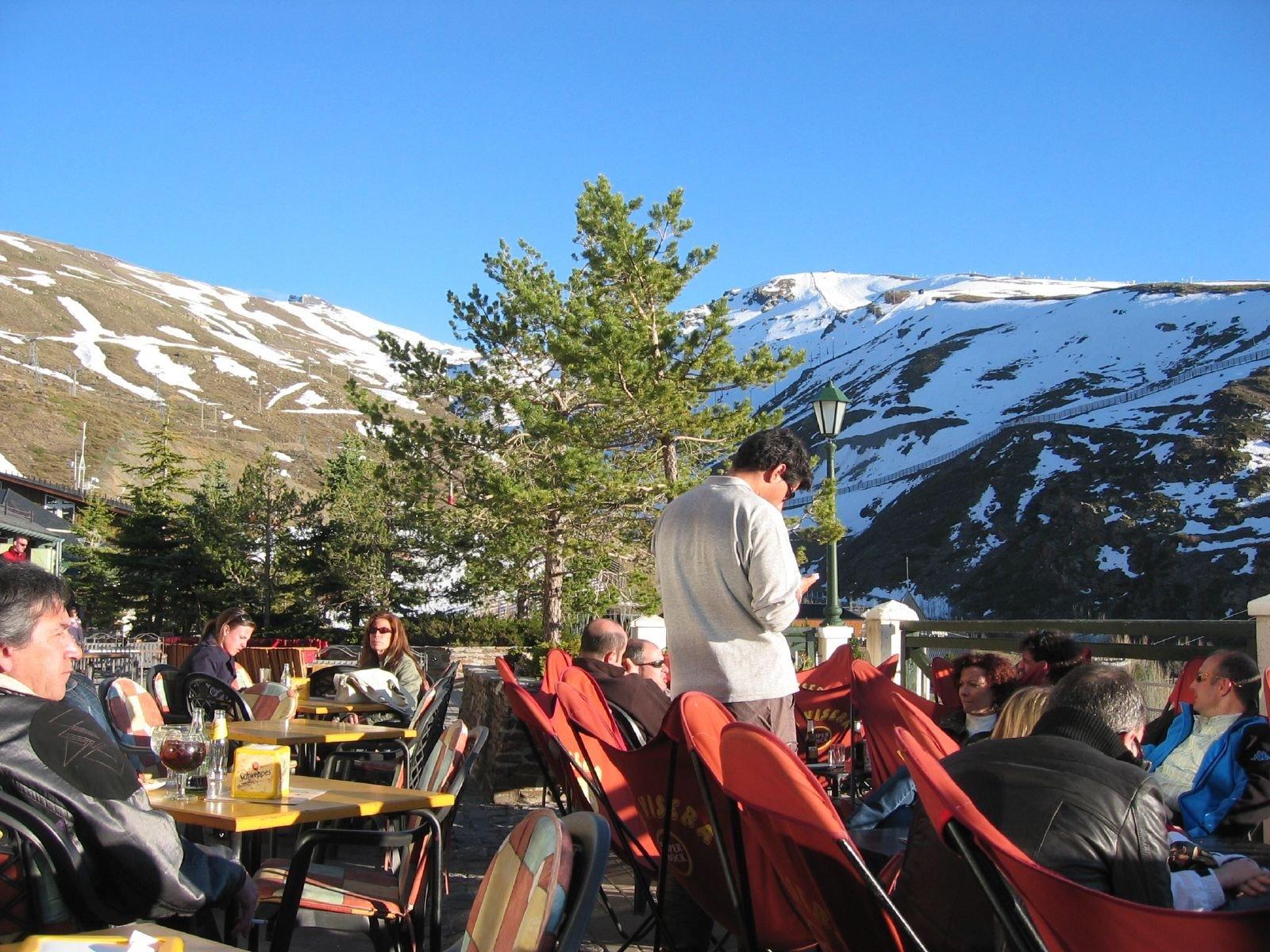 Los bares y restaurantes de Sierra Nevada podrán ampliar sus terrazas mientras dure la crisis