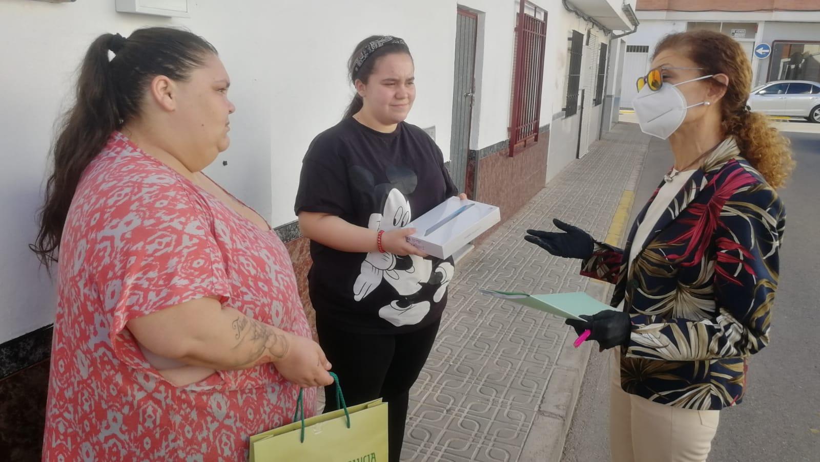 Educación facilita más de 800 tablets a los escolares de la provincia de Granada para continuar el proceso formativo