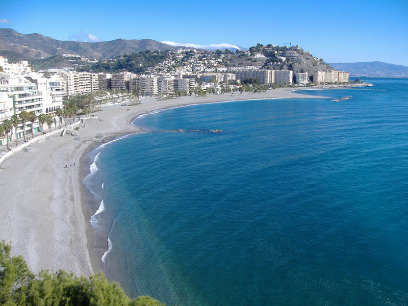 El buen tiempo anima la reapertura de establecimientos hosteleros en Almuñécar y La Herradura